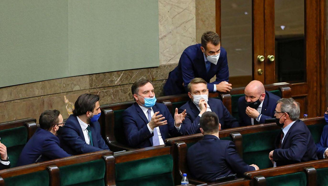 Sejm przyjął we wtorek ustawę wyrażającą zgodę na ratyfikację decyzji o zwiększeniu zasobów własnych UE (fot. PAP/Rafał Guz)