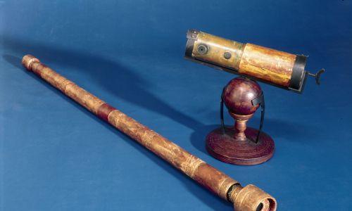 Wykonane w 1923 i 1924 r. repliki teleskopów wynalezionych przez Galileusza ok. 1609 r. oraz Isaaca Newtona w 1668 r. Teleskop Galileusza (po prawej) ma soczewki powiększające obiekt około 21 razy – umożliwiał bardzo ograniczone widzenie, uczony mógł zobaczyć tylko jedną trzecią Księżyca naraz. Teleskop Newtona wykorzystuje wklęsłe lustro do zbierania światła zamiast prostej soczewki, która wytwarza fałszywe kolory z powodu rozproszenia światła. Fot. SSPL / Getty Images
