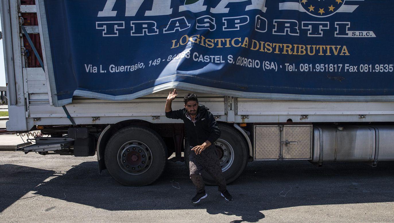 Według policji ciężarówka stała zaparkowana na poboczu jednej z dróg, a jej kierowca wcześniej oddalił się w nieznanym kierunku (zdjęcie ilustracyjne) (fot. Ayhan Mehmet/Anadolu Agency/Getty Images)