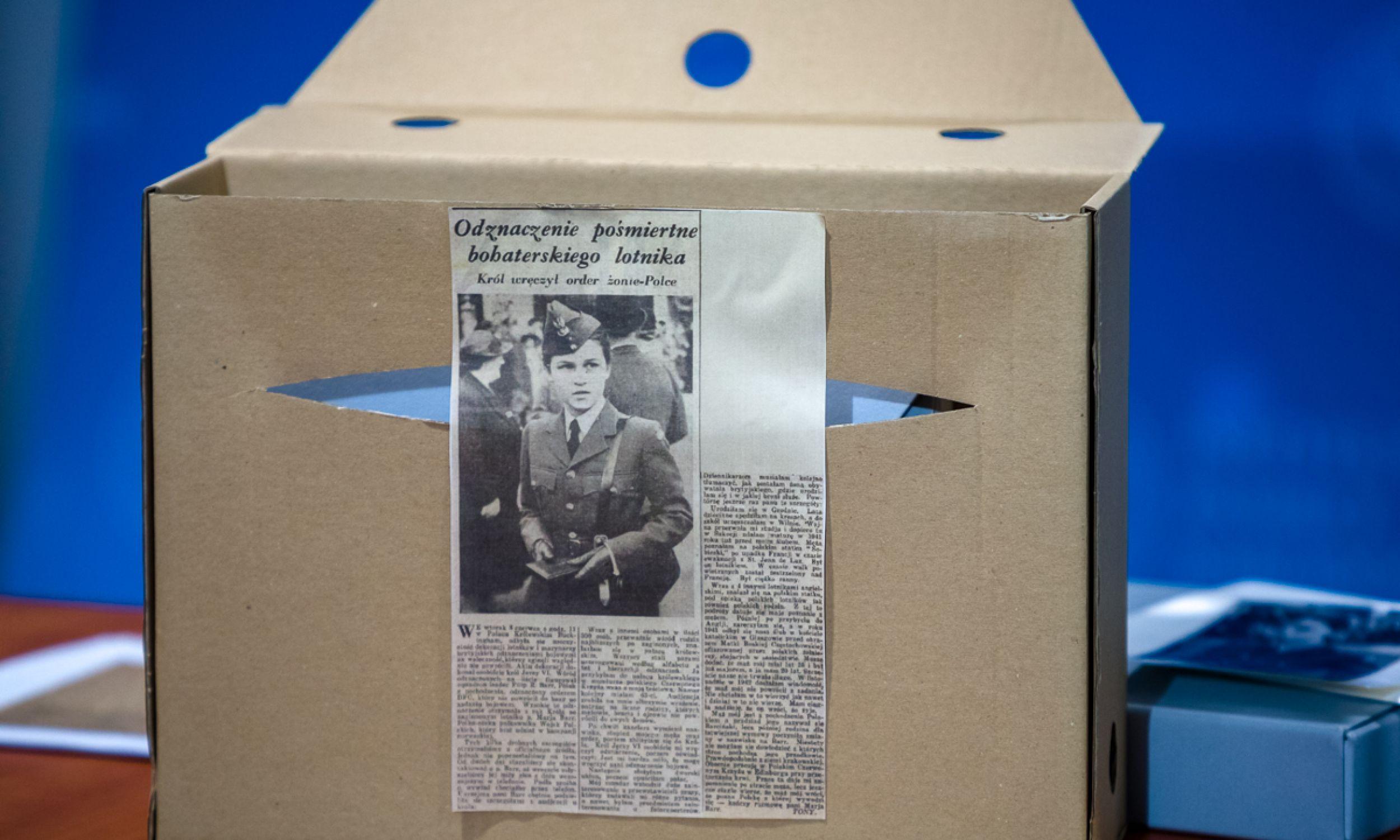 """Jak się okazało, zdjęcie Barr, choć w nieznacznie innej pozie, zamieścił 11 czerwca 1943 roku  """"Dziennik Polski"""" (nr wydania 896), opisując """"uroczystość w Pałacu Królewskim Buckingham dekoracji lotników i marynarzy brytyjskich odznaczeniami bojowemi za waleczność"""". Na zdjęciu fragment tekstu z gazety prezentowany podczas briefingu prezesa IPN dr. Jarosława Szarka poświęconego publikacji zdjęcia Marii Barr, 17 marca 2021. Fot. Sławek Kasper (IPN)"""