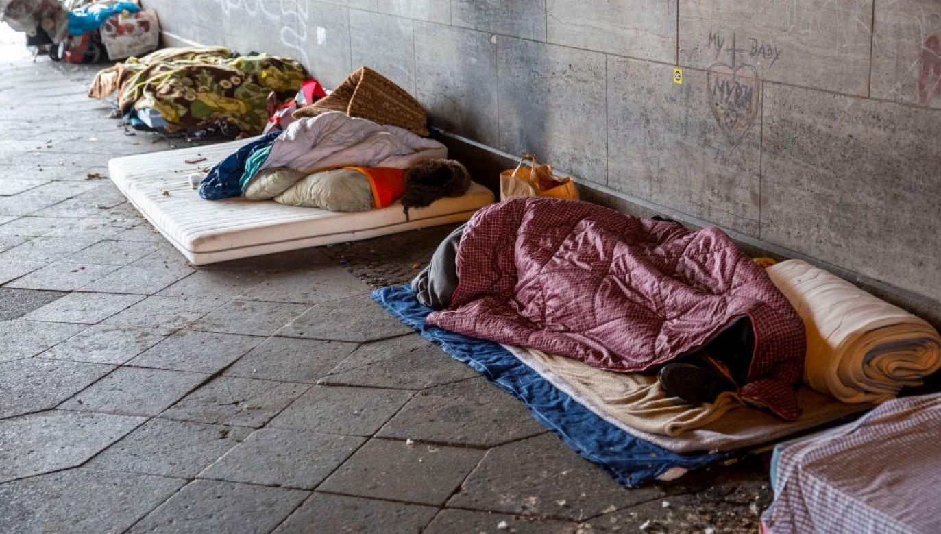 W projekcie zmieniono m.in. wymogi dotyczące wykształcenia opiekunów pracujących w schronisku dla osób bezdomnych, w schronisku dla osób bezdomnych z usługami opiekuńczymi, w noclegowni czy w ogrzewalni (fot.  Maja Hitij/Getty Images)