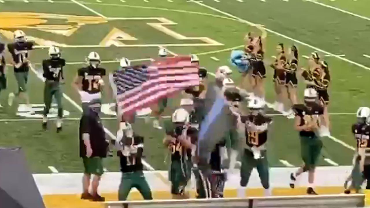 Piłkarze wnieśli flagi na boisko, aby oddać hołd policjantom i strażakom, którzy stracili życie 11 września (fot. Twitter/David Winter)