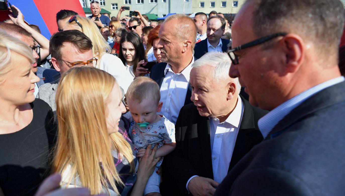 """Prezes PiS Jarosław Kaczyński wziął udział w pikniku rodzinnym pod hasłem """"Dobry czas dla Polski"""" (PAP/Piotr Polak)"""