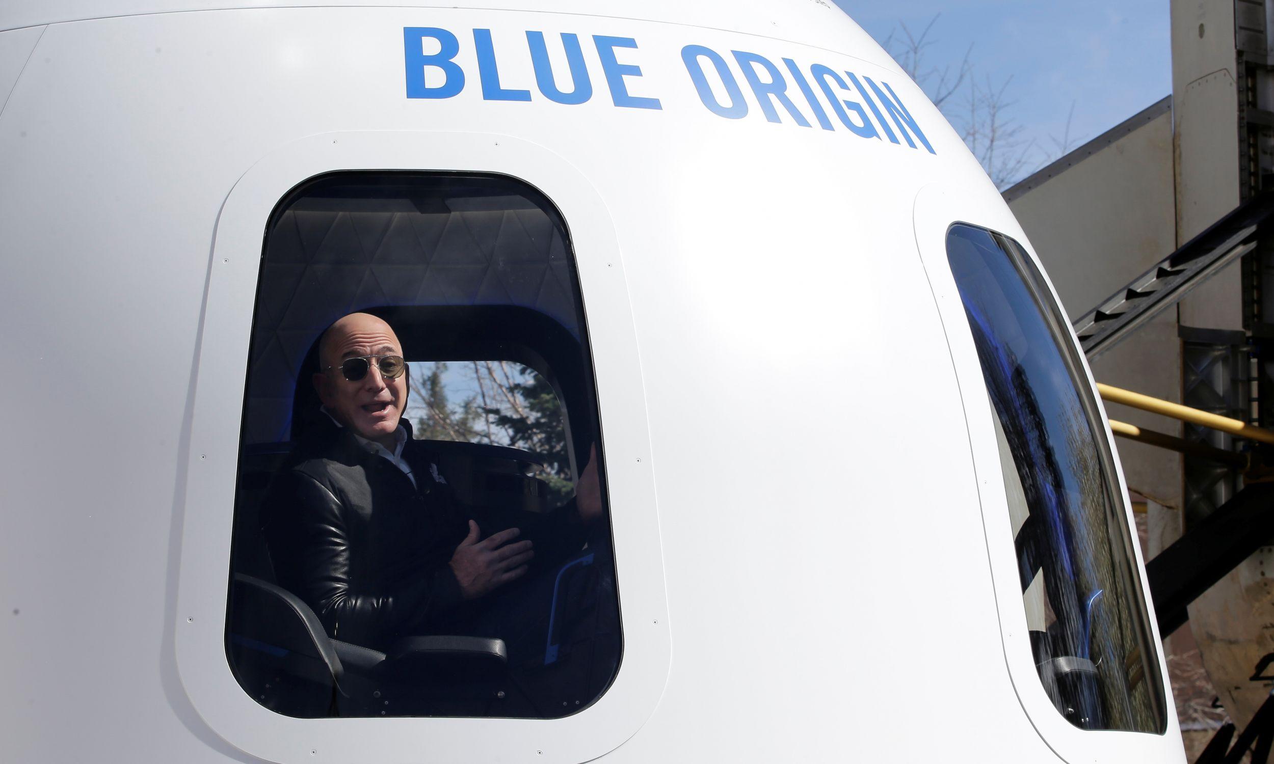 """Firma Blue Origin, """"kosmiczne dziecko"""" Jeffa Bezosa i ich kapsuła podczas 33. sympozjum kosmicznego w Colorado Springs w kwietniu 2017 roku. Fot. Reuters/Isaiah J. Downing"""