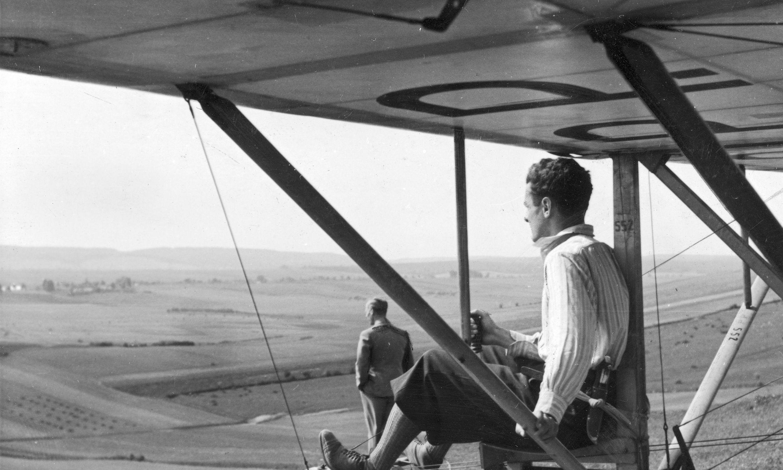 """Wrzesień 1937 roku. Szkolenie szybowcowe we Lwowie, jeden z kursant szykuje się do startu na maszynie """"Wrona"""". Fot. NAC/IKC, sygn. 1-S-3055-1"""