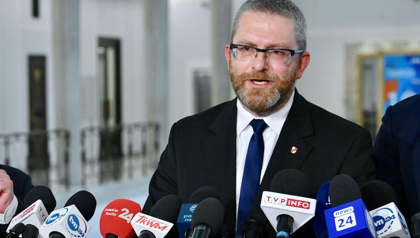 """Lider Konfederacji Grzegorz Braun zapowiadał """"akt oskarżenia"""" (fot. PAP/Radek Pietruszka)"""