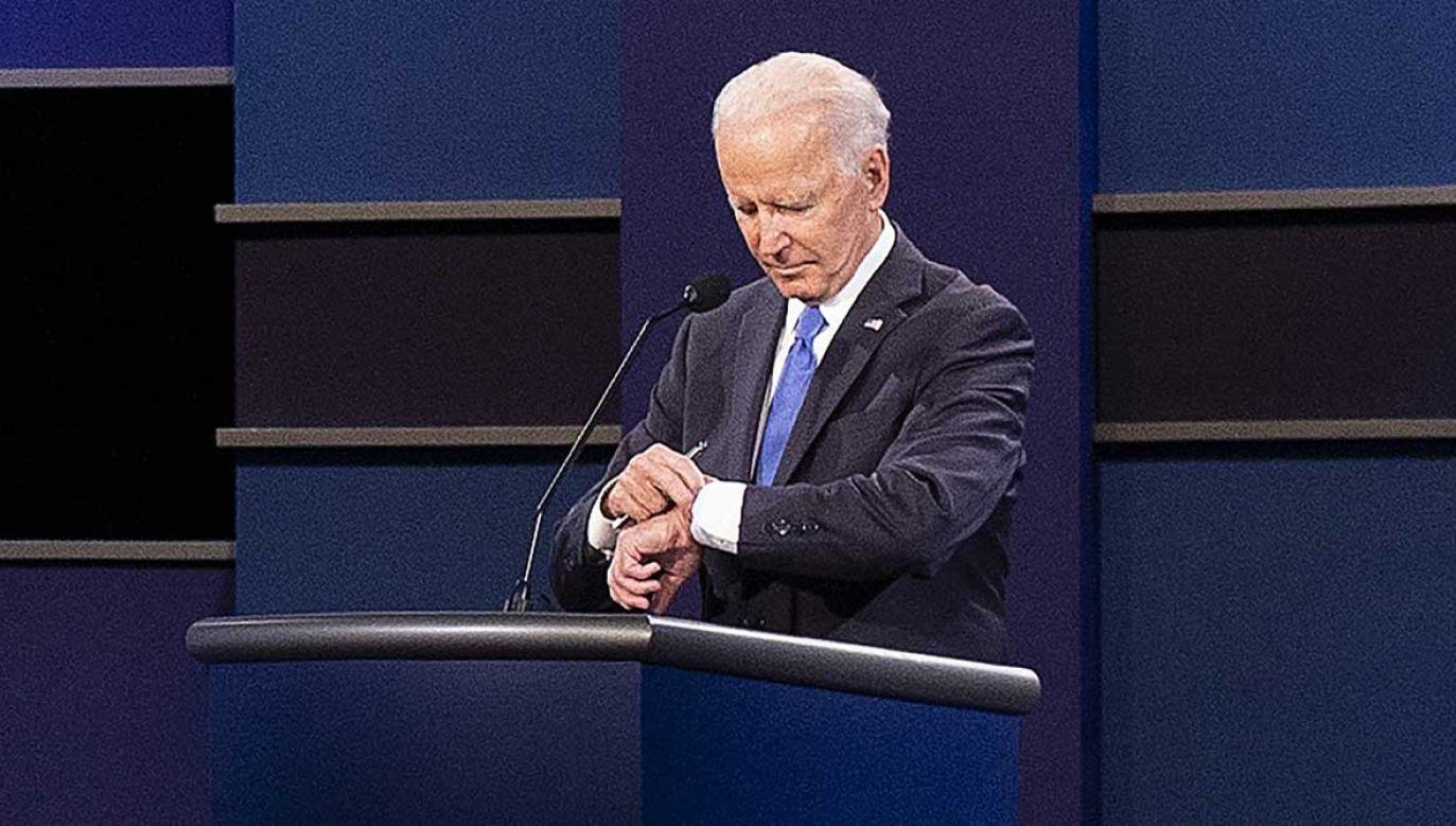 Joe Biden sprawdza, ile czasu zostało do końca debaty (fot. PAP/EPA/SHAWN THEW)