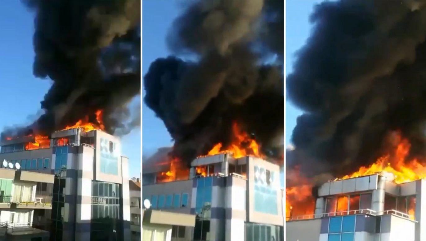 Ogień w centrum biznesowym szybko się rozprzestrzenił poprzez plastikową izolację (fot. Berivan Yılmaz (ZZEBU - NEWS SOCIAL))