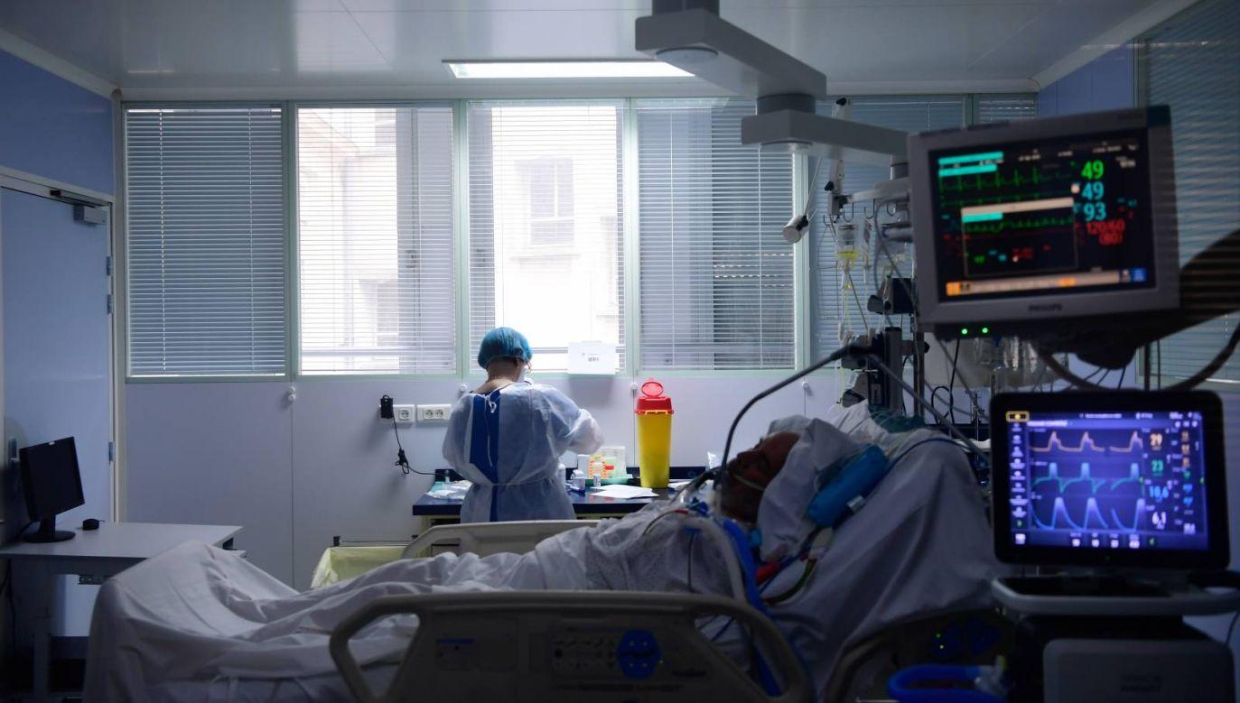 Obecnie na COVID-19 choruje około 7,8 mln osób (fot. PAP/EPA/CAROLINE BLUMBERG)