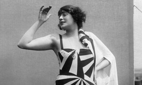 """Kobieta ubrana w strój kąpielowy we wzór podobny do kamuflażu """"dazzle"""", 1926. Fot. Wilhelm Willlinger / ullstein bild via Getty Images"""