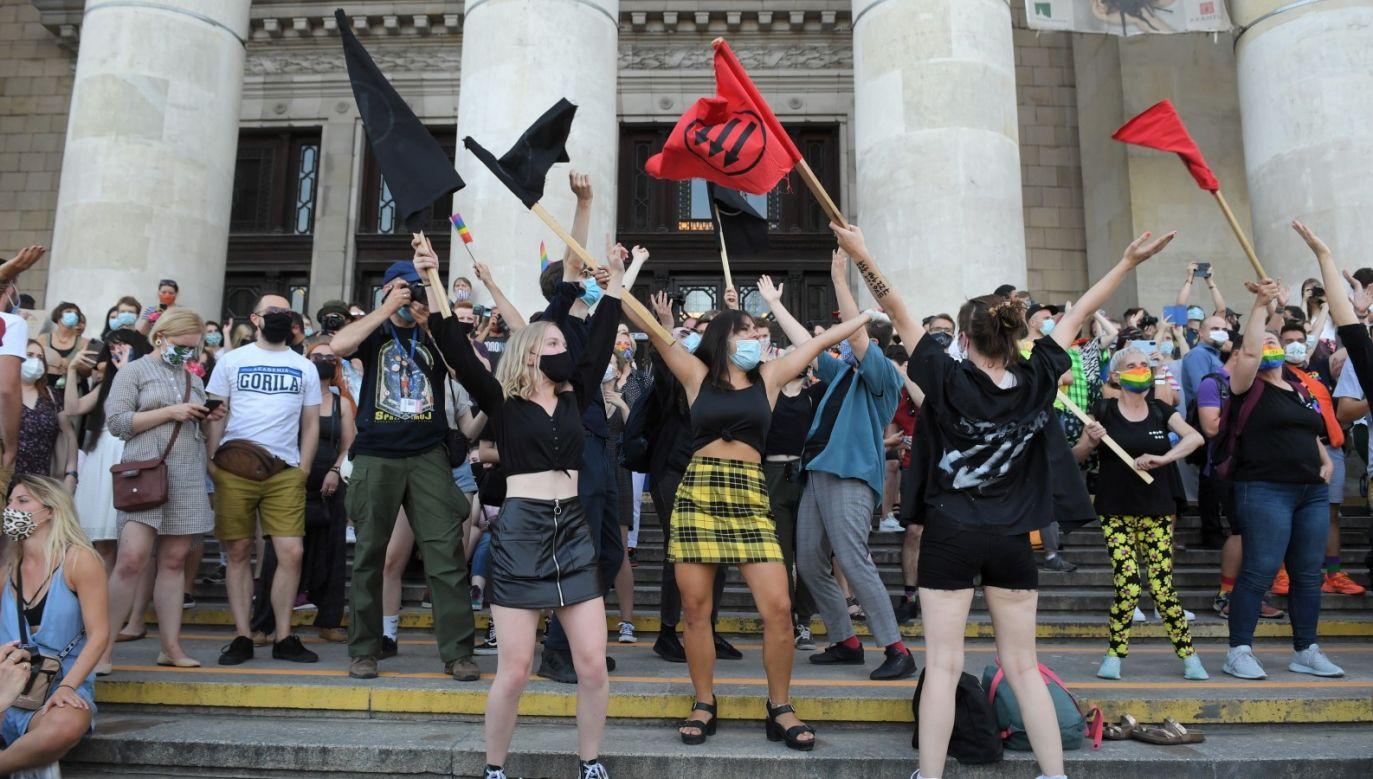 """Wiec został zorganizowany w solidarności z """"Margot"""" – działaczem LGBT, który został aresztowany m.in. za napaść (fot. PAP/Radek Pietruszka)"""