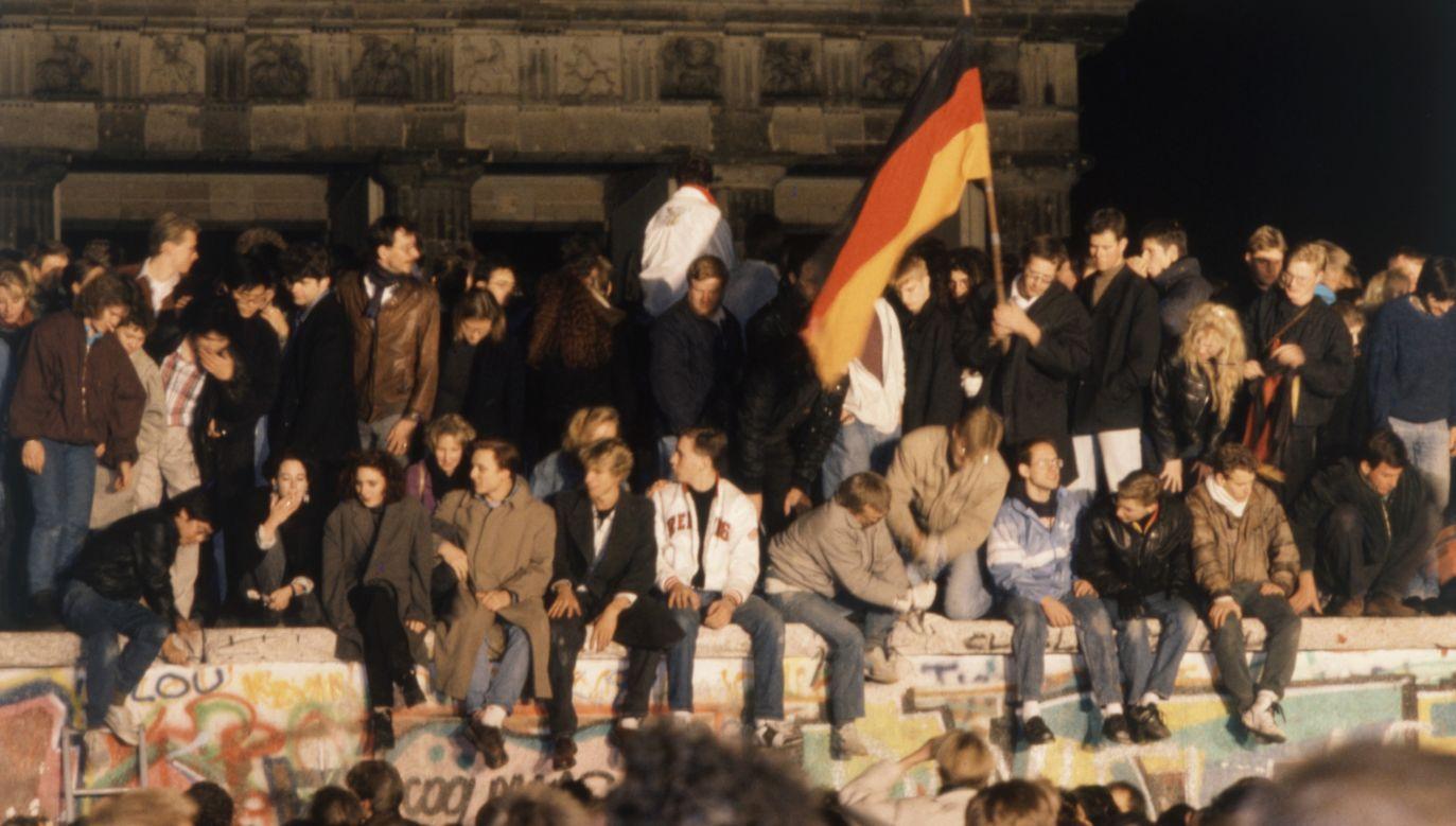 Tłumy ludzi na murze berlińskim, w nocy po otwarciu granic między RFN a NRD. 11 listopada 1989 r. Fot. Oteri/ullstein bild via Getty Images