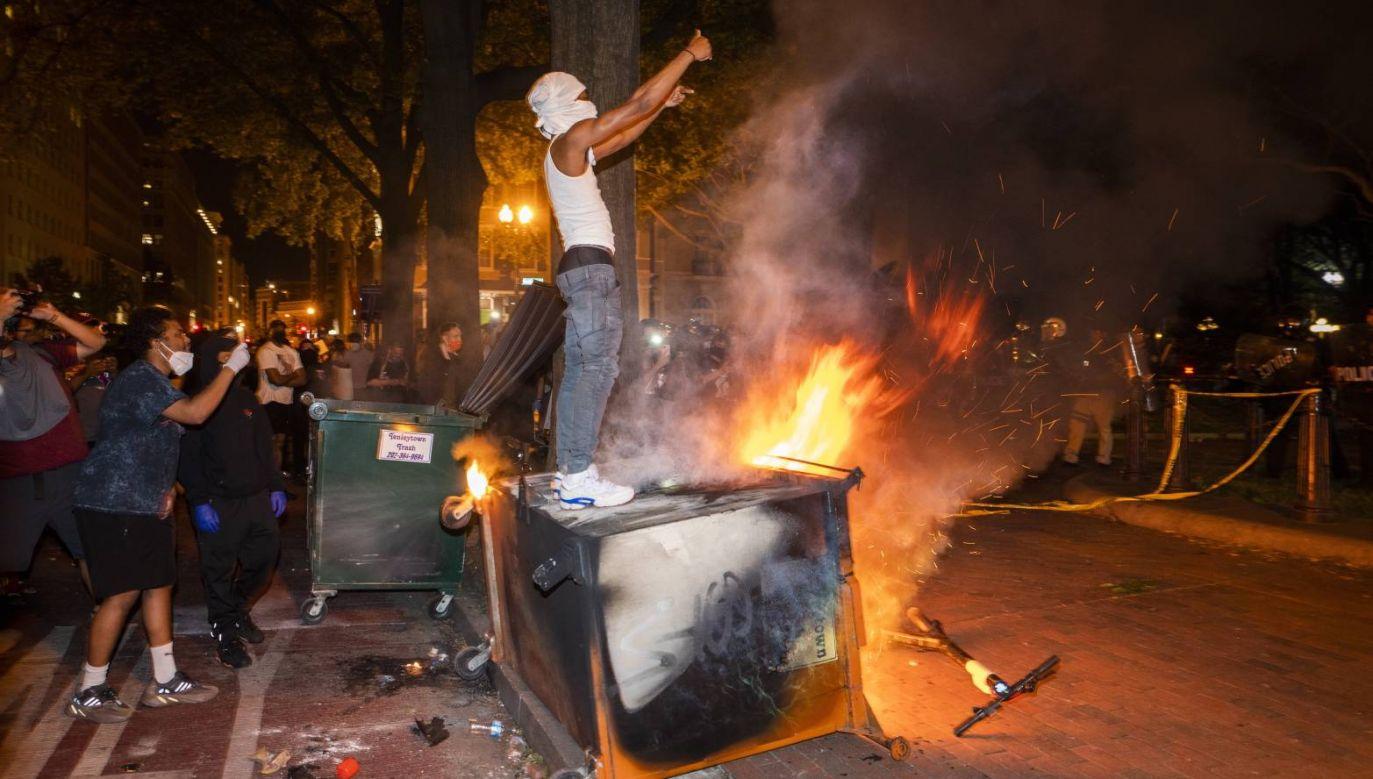Demonstranci w pobliżu Białego Domu w Waszyngtonie (fot. PAP/EPA/JIM LO SCALZO)