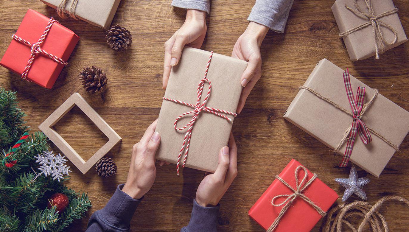 W tym roku przeciętny Polak zamierza obdarować prezentami 4-5 osób (fot. Shutterstock/oatawa)
