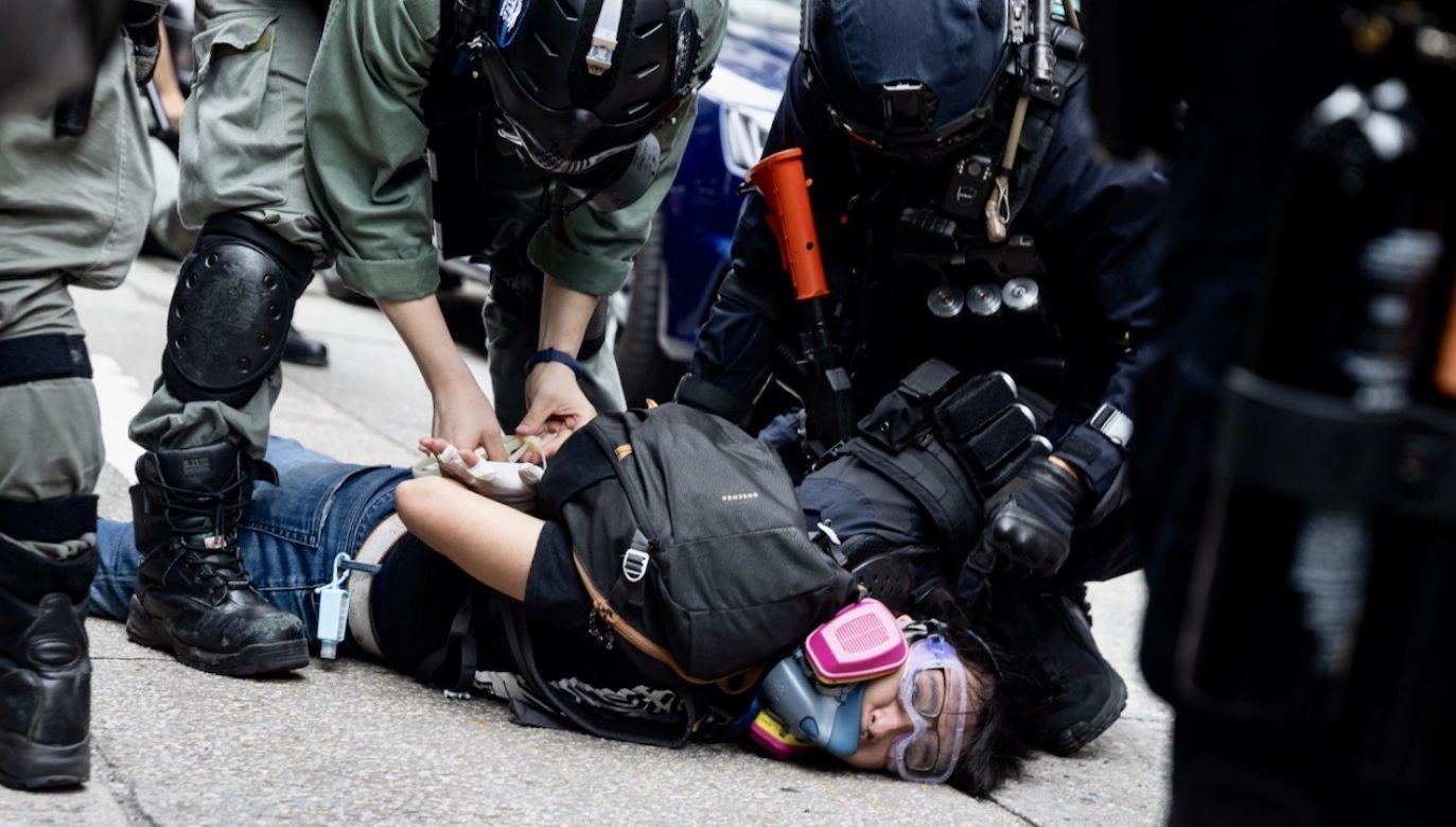 Do obecnych manifestacji dochodzi po tym, jak przez kilka miesięcy trwał tam względny spokój – na co wpłynęła porażka zarówno polityki Pekinu, wynikła z masowego oporu mieszkańców Hongkongu (fot. PAP/EPA/JEROME FAVRE)