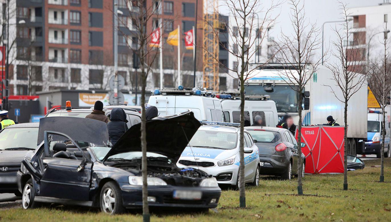 Ciężarówka uderzyła w samochód osobowy na skrzyżowaniu ulic Nowoursynowskiej i Doliny Służewieckiej (fot. PAP/Leszek Szymański)