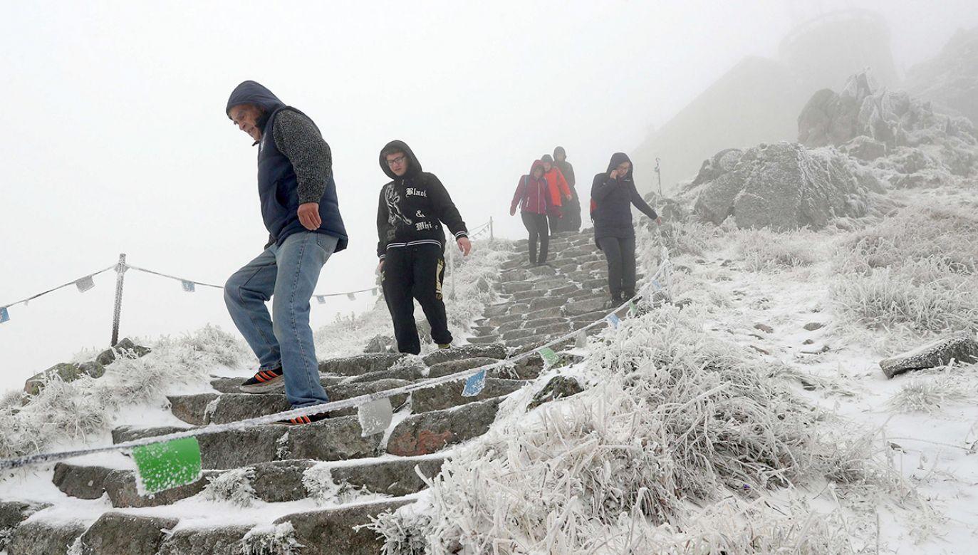 Z Zakopanego można podziwiać m.in. ośnieżony szczyt Giewontu (fot. PAP/Grzegorz Momot)