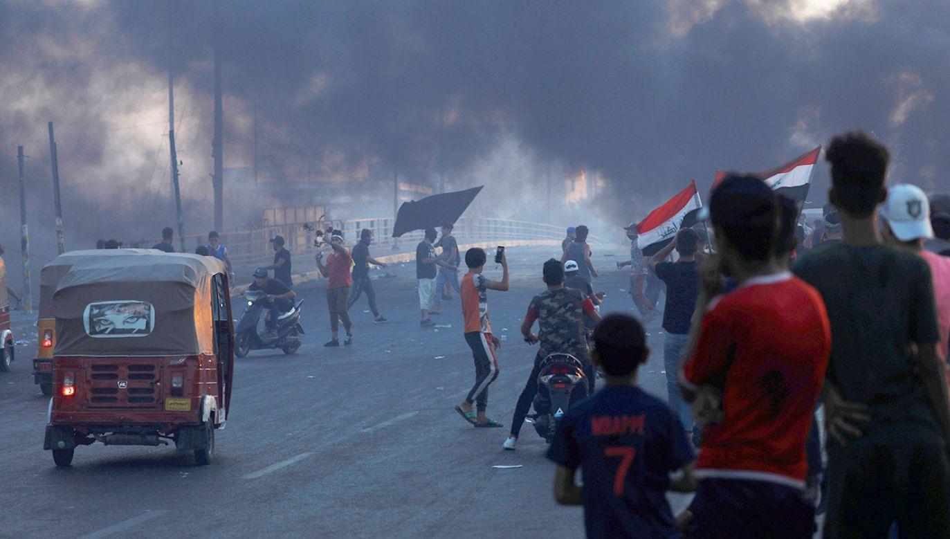 Raport rządowej komisji pisze o nadmiernym użyciu siły przez służby (fot. REUTERS/Thaier Al-Sudani)