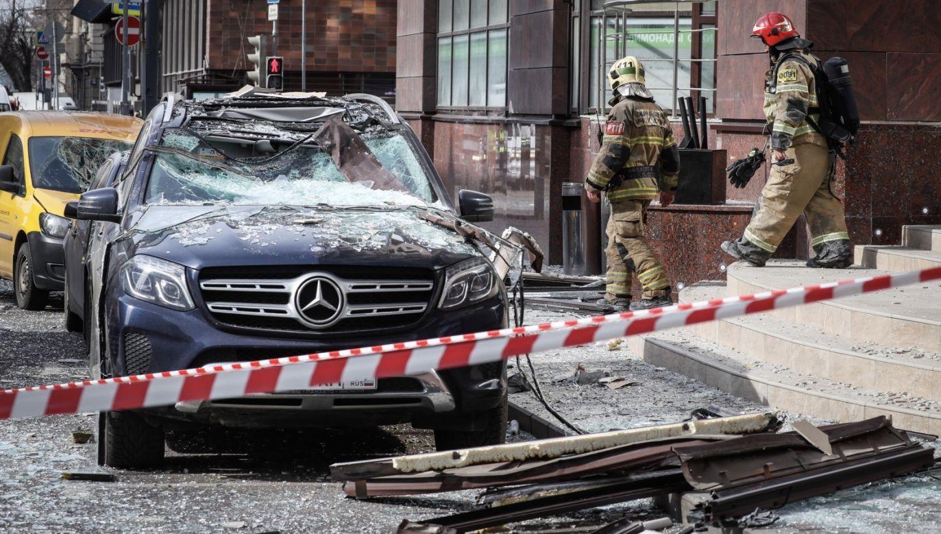 W wyniku eksplozji elementy elewacji budynku spadły z wysokości na jezdnię i chodnik (fot. PAP/EPA/TATYANA ZENKOVICH)