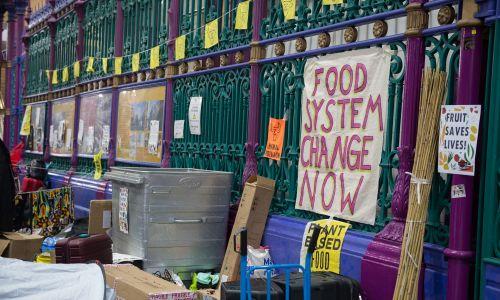 Smithfield Market było jednym z 13 miejsc, które były celem protestu by Extinction Rebellion (Animal Rebellion jest jego częścią), pozostałe znajdowały się wokół kluczowych lokalizacji rządowych w centrum Londynu. Grupa usiłowała je zająć i okupować przez  dwa tygodnie, a w proteście wzięło udział ośmiokrotnie więcej osób niż w podobnych kwietniowych akcjach, podczas których aresztowano ponad 1200 osób. Fot. Ollie Millington / Getty Images