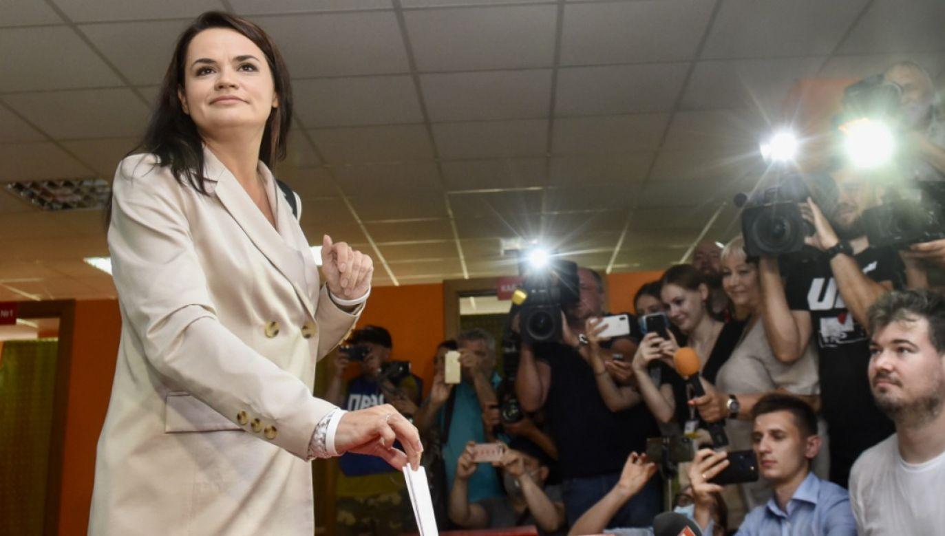 Cichanouska poinformowała, że nie uznaje wyników wyborów podanych przez Centralną Komisję Wyborczą (fot. PAP/EPA/MARINA SEREBRYAKOVA)