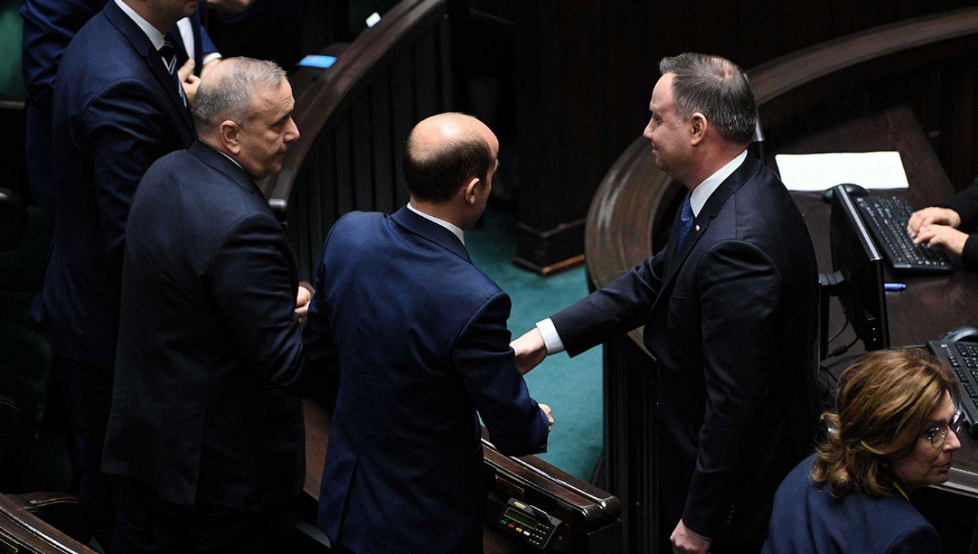 Prezydent podszedł do poselskich liderów Lewicy, KO, PSL, Konfederacji oraz PiS, i podał im rękę (fot. PAP/Radek Pietruszka)