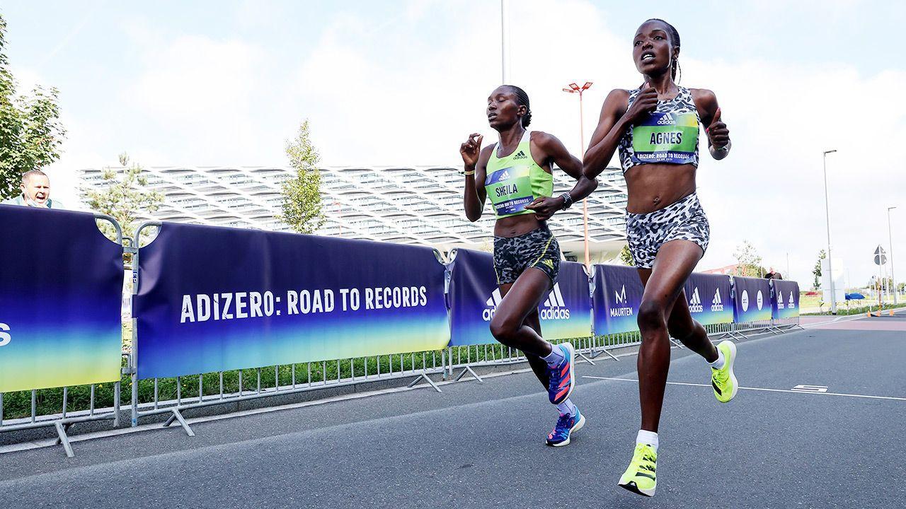 Agnes Tirop (P) pobiła rekord w biegu ulicznym na 10 km (fot. Alexander Hassenstein/Getty Images for ADIDAS)