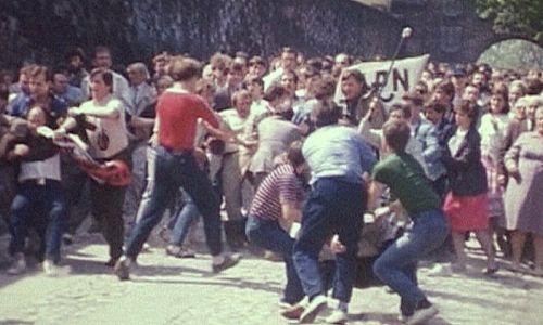 Atak członków plutonu specjalnego ZOMO, ubranych po cywilnemu, na pokojową manifestację zorganizowaną przez KPN 3 maja 1987 na Wawelu. Fot. Maciej Gawlikowski, CC BY-SA 4.0 (https://creativecommons.org/licenses/by-sa/4.0)