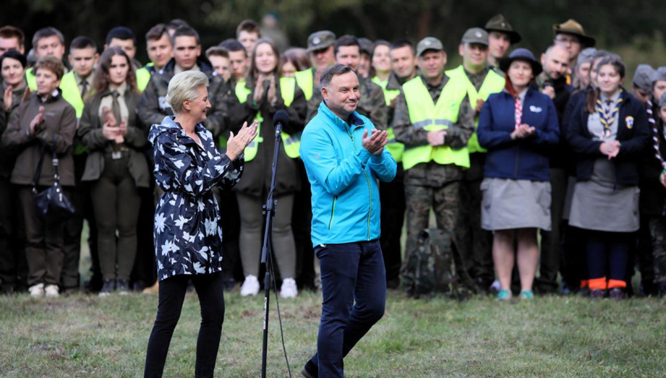 Prezydent Andrzej Duda wraz z małżonką podczas akcji sprzątania lasu (fot. PAP/Leszek Szymański)