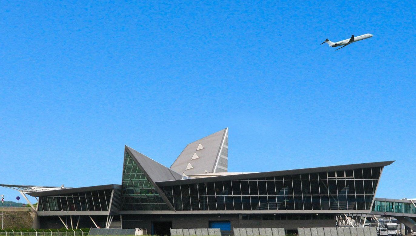 Do wybuchu pożaru doszło na szóstym piętrze budynku administracyjnego na terenie lotniska (fot. Shutterstock/MisterStock)
