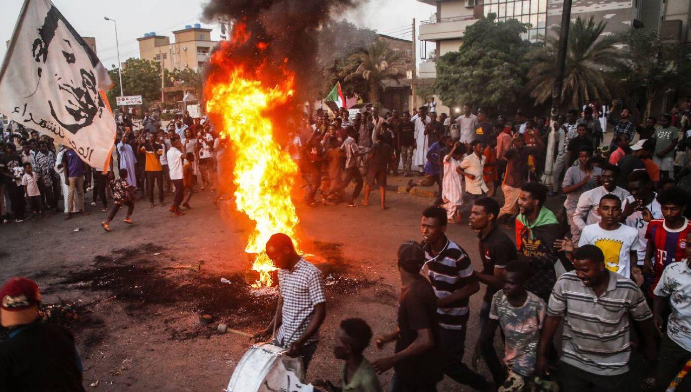Sudańczycy protestują przeciw działaniom wojskowych (fot. PAP/EPA/MOHAMMED ABU OBAID)