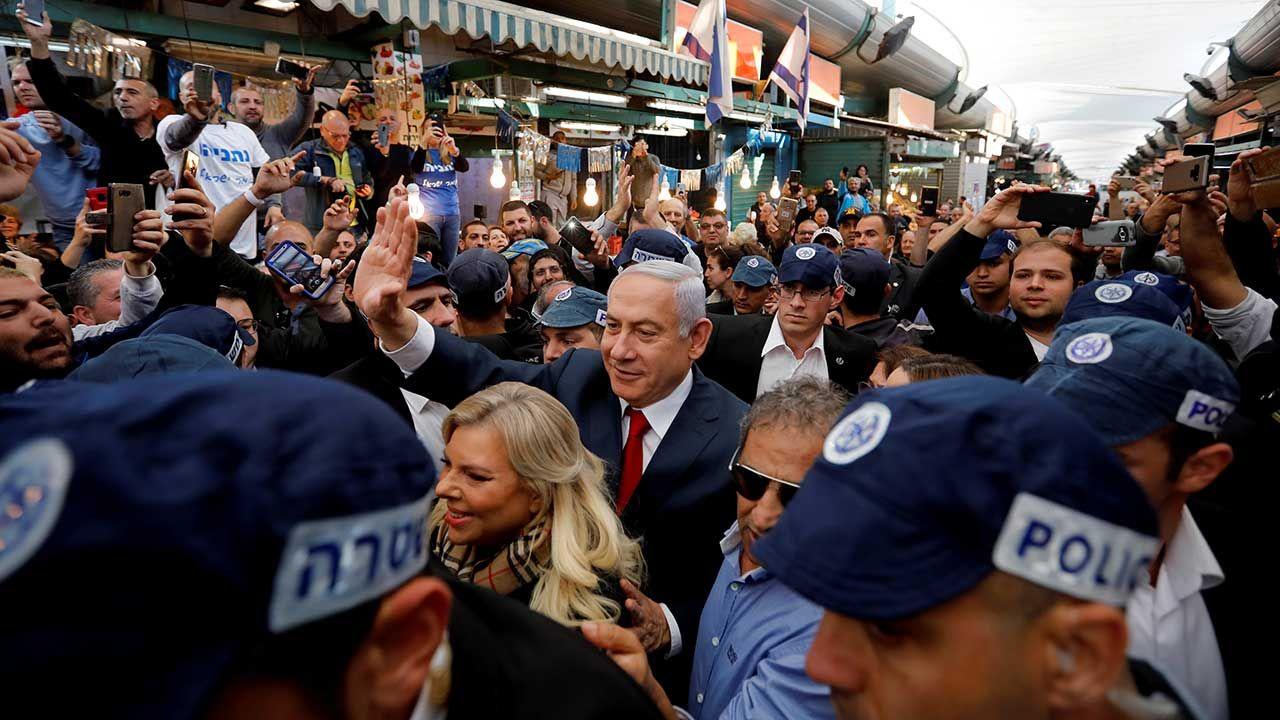 Przed wyborami parlamentarnymi w Izraelu opozycja wybija kwestie oskarżeń korupcyjnych wobec premiera Netanjahu (C) (fot. REUTERS/Tomer Appelbaum)