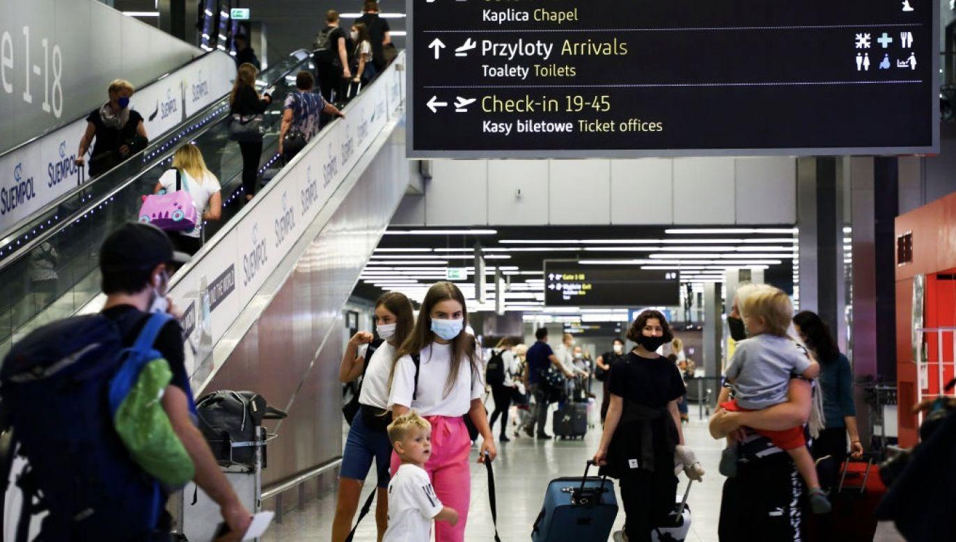 Osoby podróżujące z Polski do Wielkiej Brytanii będą musiały przejść obowiązkową kwarantannę (fot. Beata Zawrzel/NurPhoto via Getty Images)