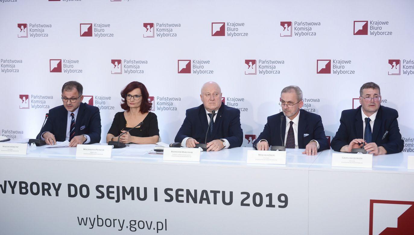 Czątkowe wyniki wyborów (fot.PAP/Marcin Obara)