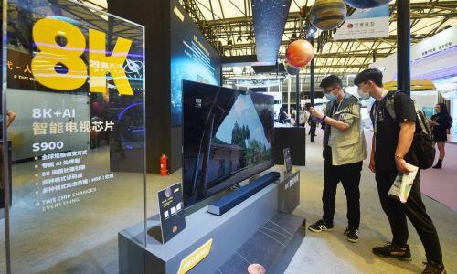 Na tę chwilę nadal wiele firm z Państwa Środka składa zamówienia na Tajwanie, lecz dalsze sankcje mogą pchnąć komunistów do wniosku, że skoro oni nie mogą korzystać z produktów TSMC, to czemu reszta świata miałaby mieć do nich dostęp? Na zdjęciu telewizor 8K i sztuczna inteligencja na stoisku tajwańskiej firmy MediaTek Inc podczas Międzynarodowych Targów Półprzewodników (IC China 2020) w Szanghaju, 14 października 2020 r. Fot. Long Wei / VCG via Getty Images