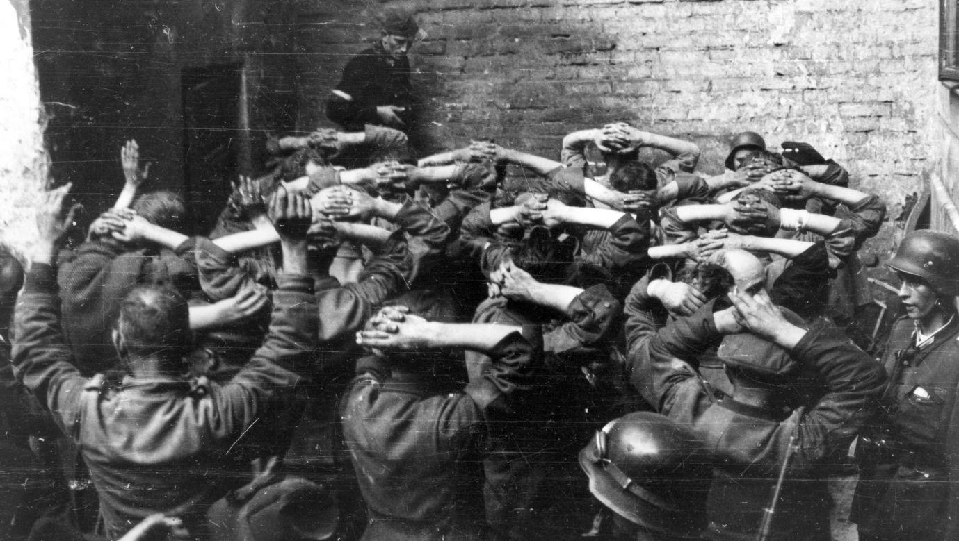 Jeńcy niemieccy po zdobyciu budynku PAST-y na podwórzu kamienicy przy ulicy Zielnej, 20 sierpnia 1944 r. Fot. Eugeniusz Lokajski/Common Wikimedia