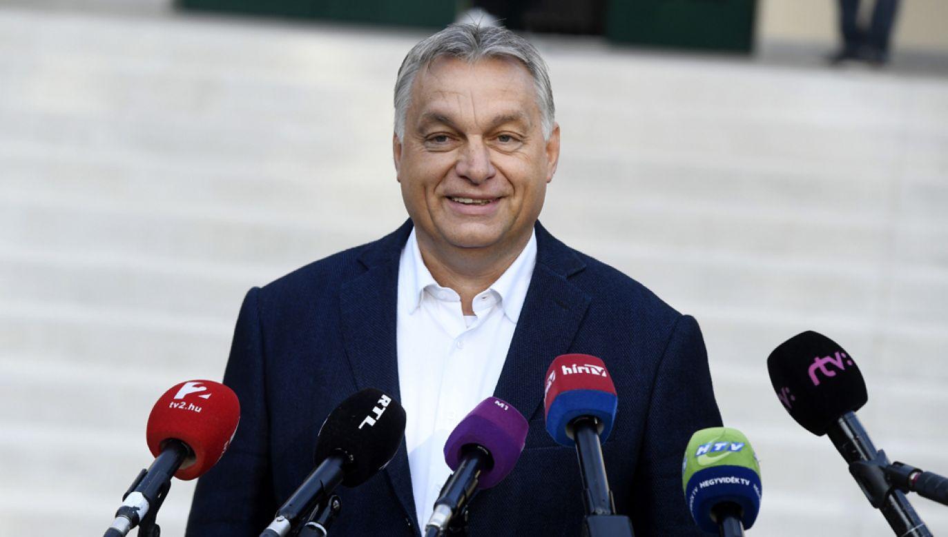 Premier Węgier Viktor Orban pogratulował PiS w wystapieniu telewizyjnym (fot. PAP/EPA/Szilard Koszticsak)