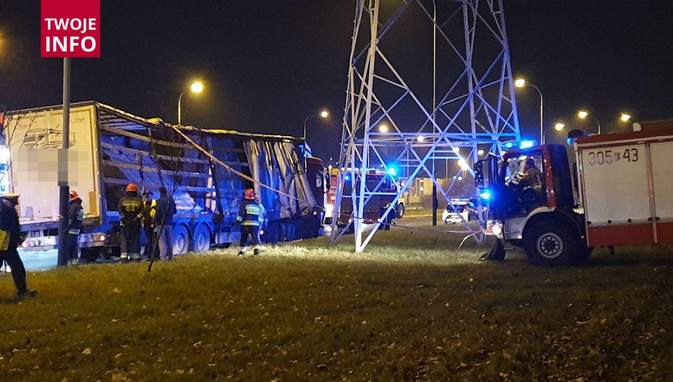 W Łodzi na skrzyżowaniu al. Włókniarzy z ul. 11 Listopada naczepa samochodu ciężarowego przewożącego 20 ton szyb uległa zniszczeniu (fot. Twoje Info)
