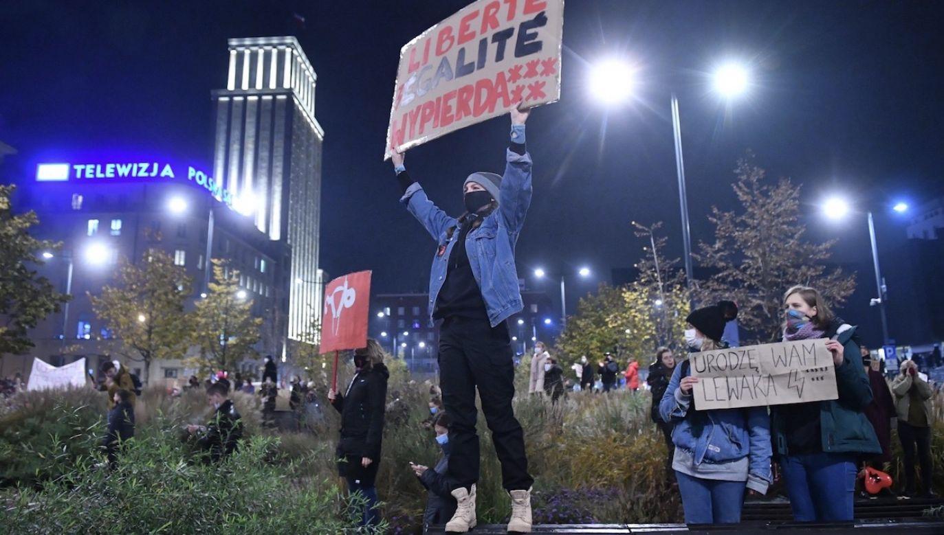 Manifestacje odbyły się m.in. przed gmachem TVP przy placu Powstańców Warszawy (fot. PAP/Radek Pietruszka)
