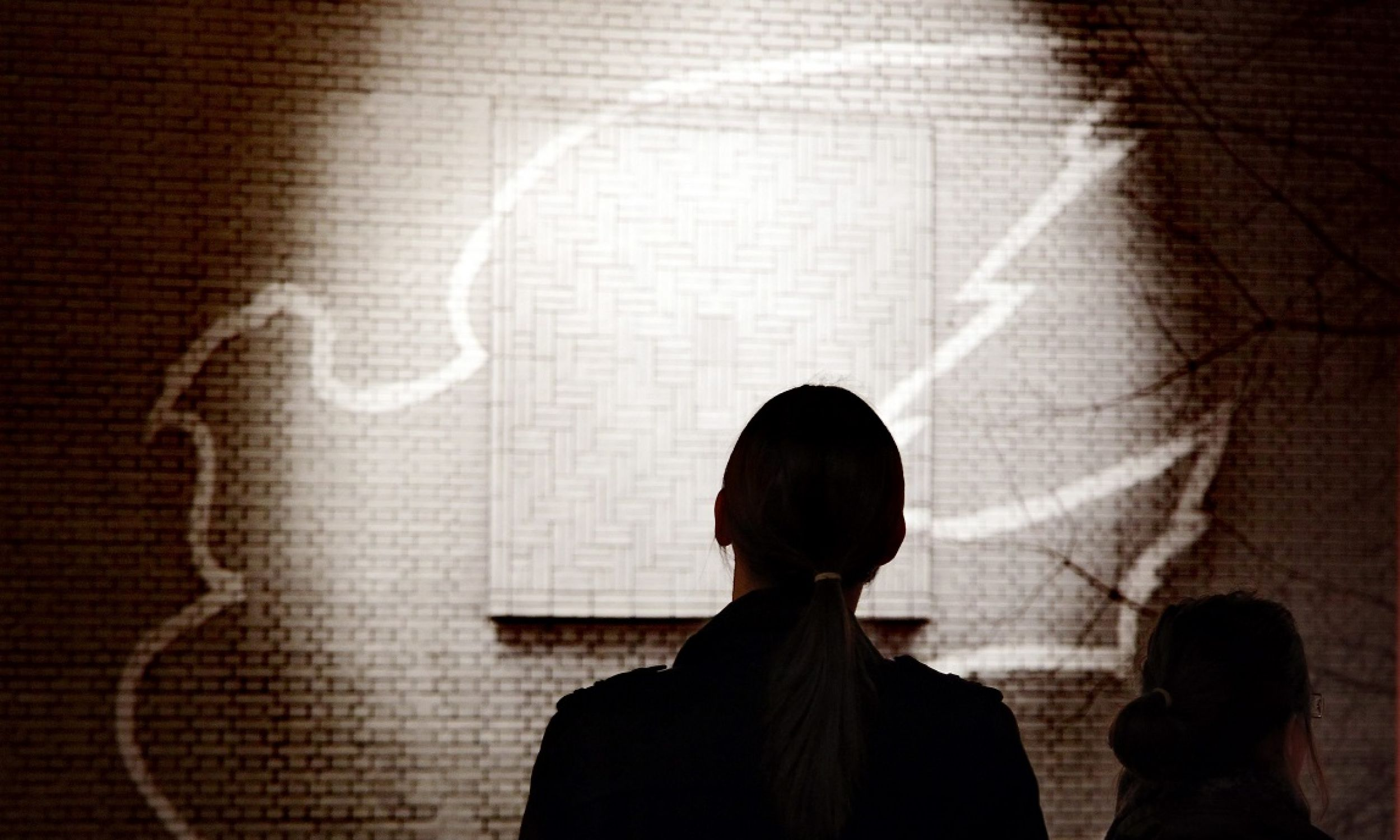 """Fotografia picassowskiego """"Gołąbka Pokoju"""" ze ściany Gmachu Technologii Chemicznej Politechniki Warszawskiej na wystawie """"Świat jest teatrem – Pablo Picasso & Piero Crommelynck na scenie świata"""