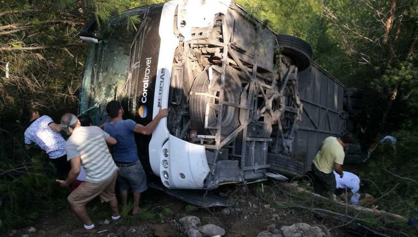 Ludzie próbują ratować ofiary po wypadku autobusowym w dzielnicy Kemer w Antalyi (fot. PAP/EPA/ANADOLU AGENCY)