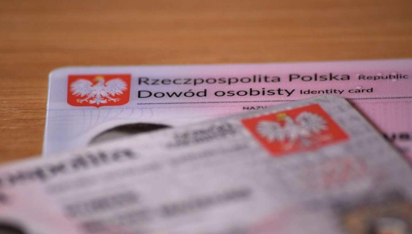 Dokumenty z odciskami palców i podpisem właściciela miały być wydawane w Polsce od 2 sierpnia; nowa ustawa zmienia ten termin  (fot. Shutterstock/Milosz Kubiak)
