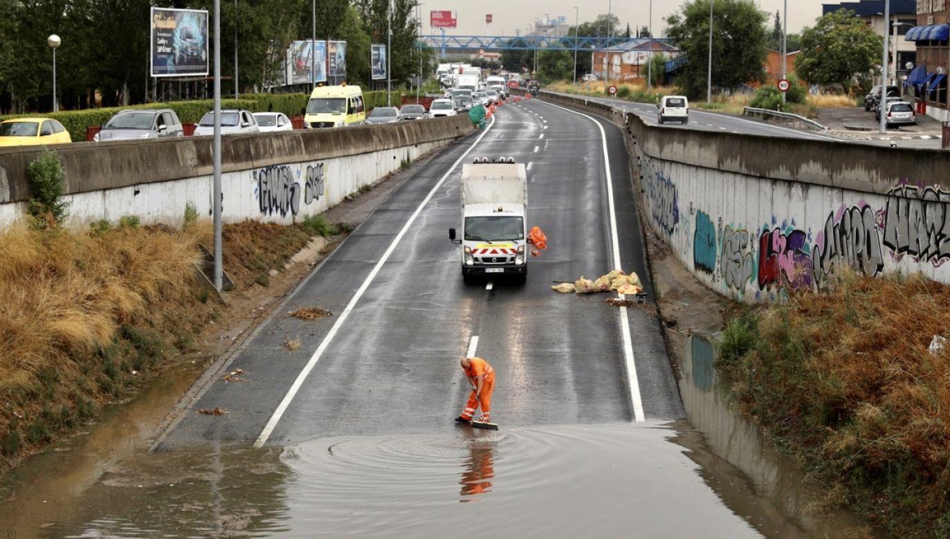Po ustaniu ulewy strażacy podjęli ok. 40 interwencji przez 30 min (fot. PAP/EPA/RODRIGO JIMENEZ)