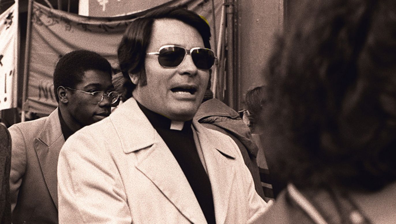 Jim Jones w 1977 roku (fot. CC BY-SA 3.0/ Nancy Wong)