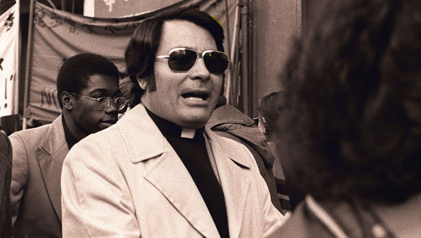 Jim Jones w 1977 roku (fot. CC BY-SA 3.0/ Nancy Wong)