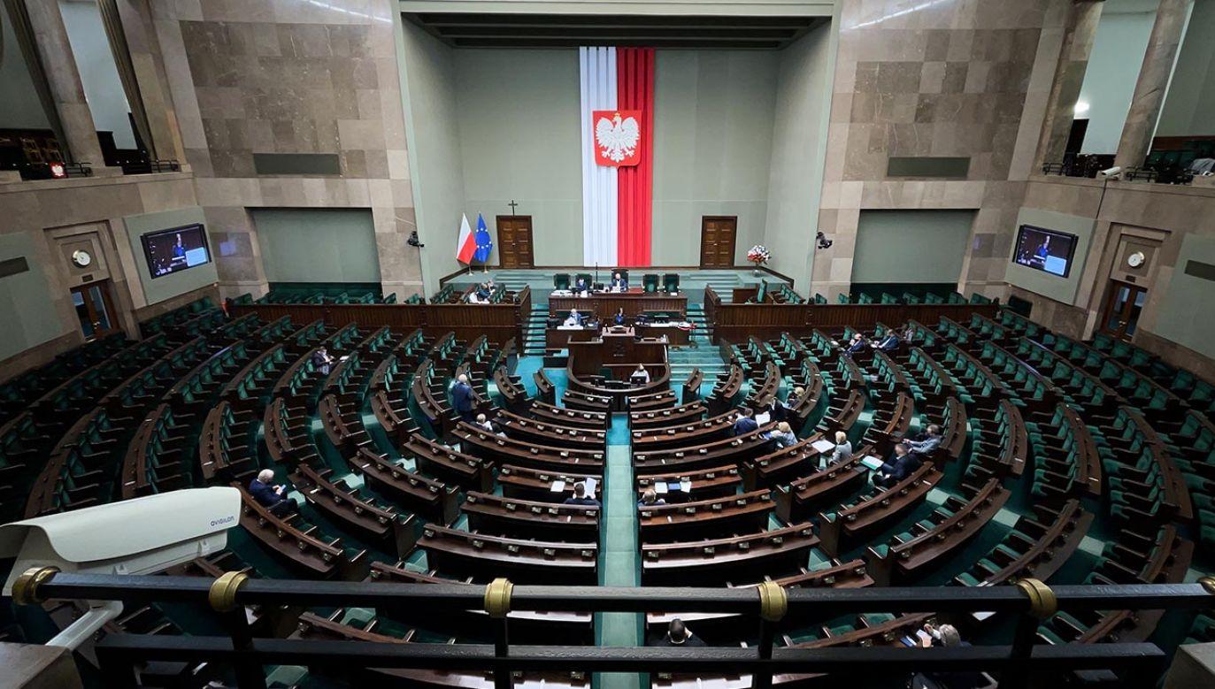 Na czele sondażu CBOS PiS, a za nim Polska 2050 (fot. Forum/Mateusz Wlodarczyk)