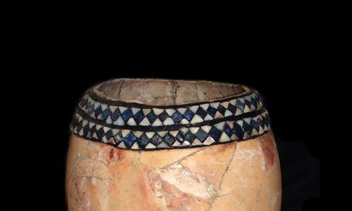 Według egipskich wierzeń bóg Ptha toczył jajo na kole garncarskim, nadając światu kulisty kształt. W trakcie tej czynności jajo pękło i świat rozdzielił się na dwie połówki - ziemię i nieboskłon. Zaś słońce Re powstało z jaja zniesionego przez kosmicznego ptaka. Na zdjęciu zdobiona skorupka strusia z cmentarza Ur, datowana na 2600 p.n.e. Fot. Universal History Archive / Universal Images Group via Getty Images