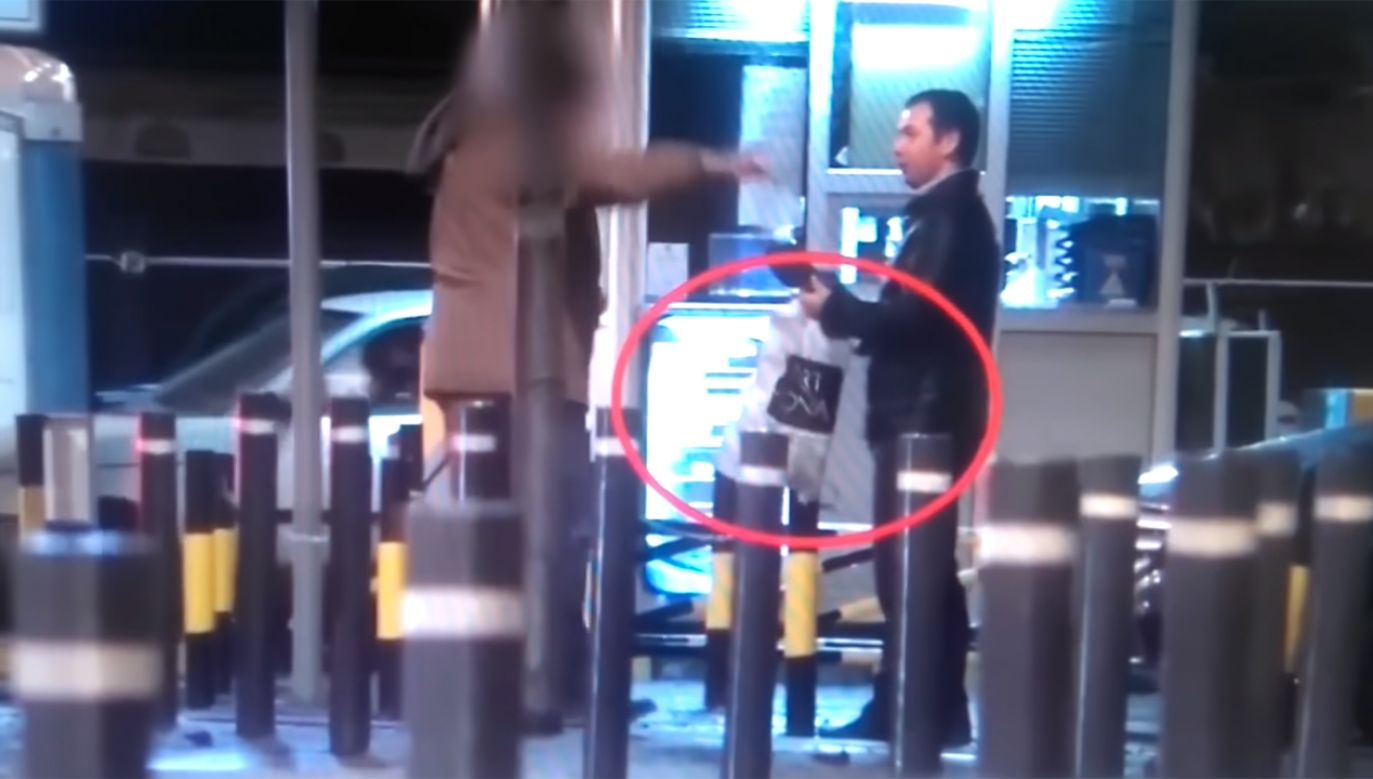 """Dwóch mężczyzn serdecznie wita się ze sobą w pubie """"Czarna Owca"""" i wymienia się reklamówkami.  (fot. źródło Twitter/@christogrozev)"""