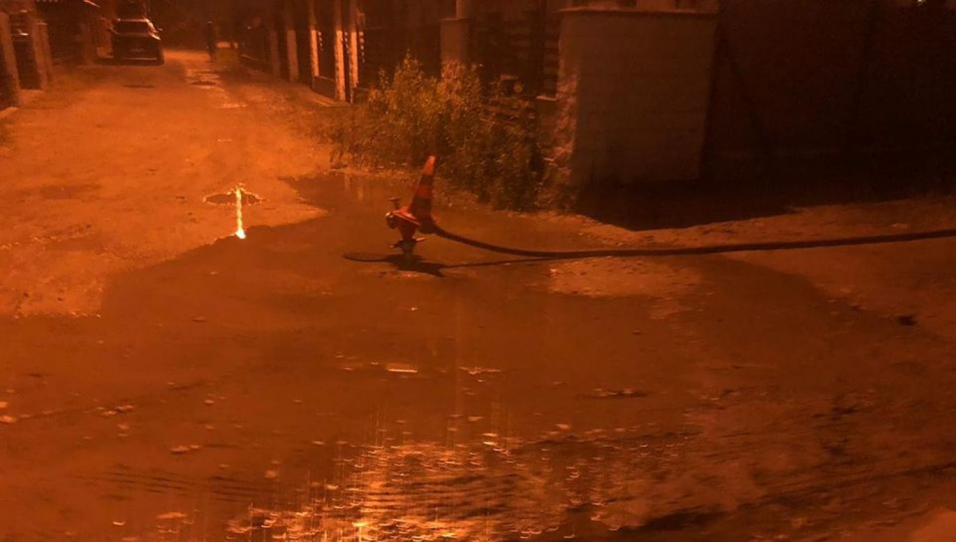 Do awarii wodociągów doszło późnym wieczorem w piątek na ul. Góralskiej w Marysinie (fot. Facebook/Wirtualne Piaseczno)