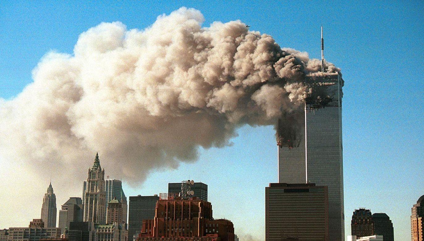 Porwane maszyny  o godzinie 8.46 i 9.03 uderzyły w  wieże World Trade Center (fot. Robert Giroux/Getty Images)